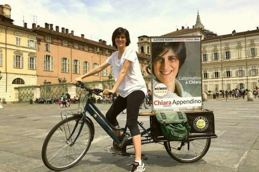 chiara-appendino-in-giro-per-la-citta-con-la-sua-bici-durante-la-campagna-elettorale