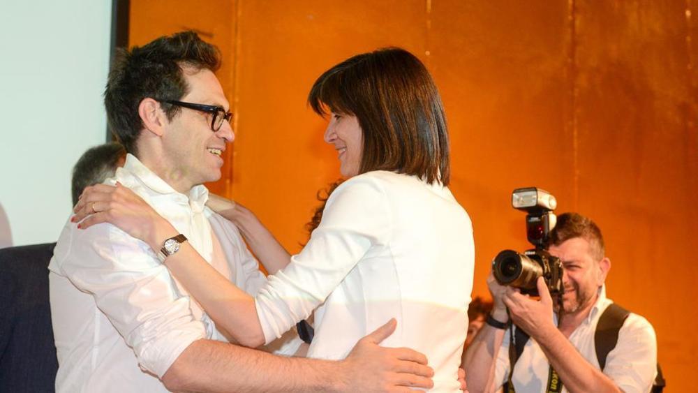Chiara Appendino abbraccia Nicola Lagioia al Salone del Libro