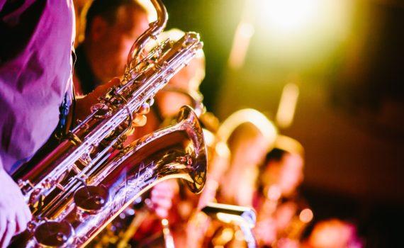 Sax sul palco di un concerto Jazz