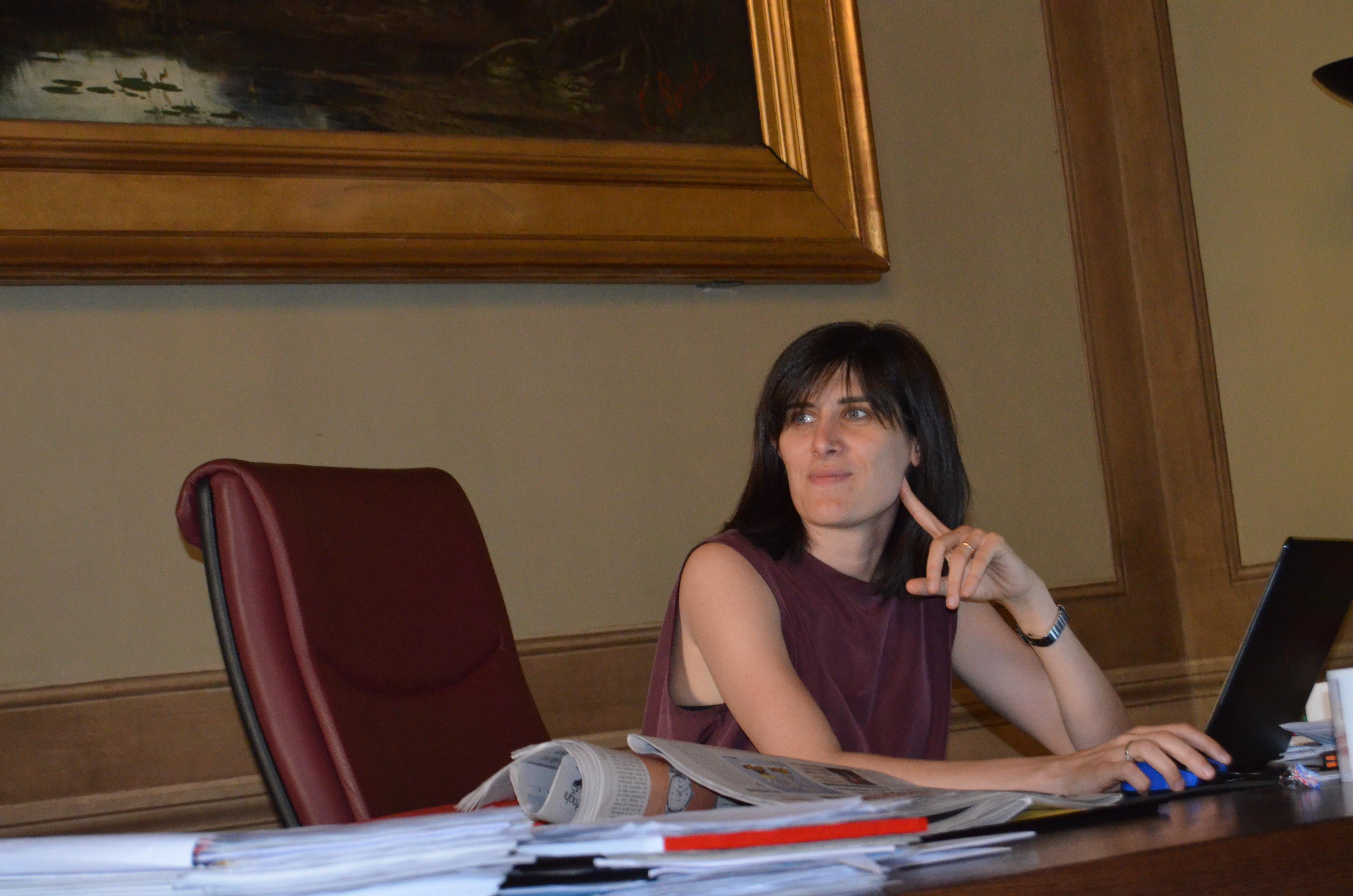 Nuovi fondi per il bilancio - Chiara Appendino al lavoro nel suo ufficio