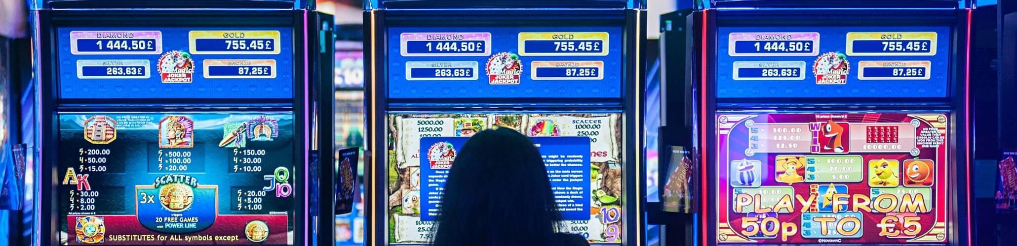 Una ragazza davanti alle slot machines