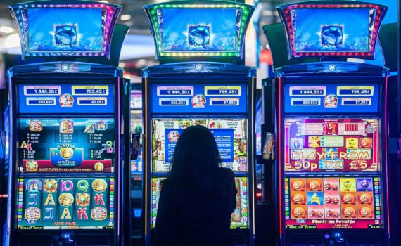 Una ragazza davanti alle slot machines