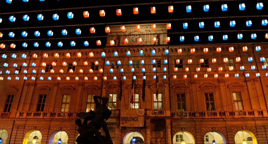 Palazzo Civico colorato di arancione per il 25 novembre