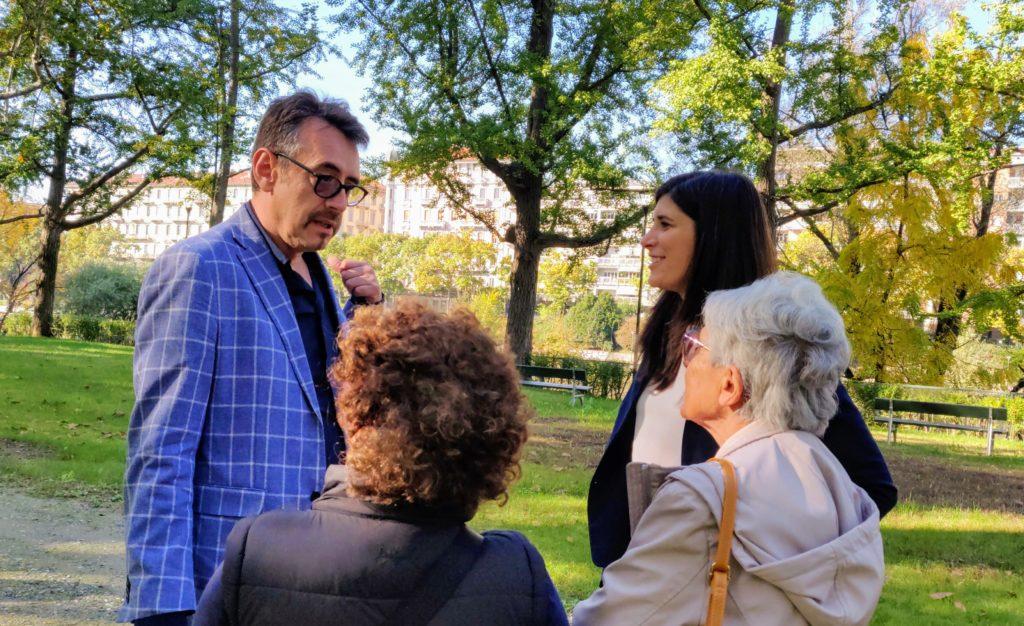 Alberto Unia e Chiara Appendino in un parco di Torino con i cittadini